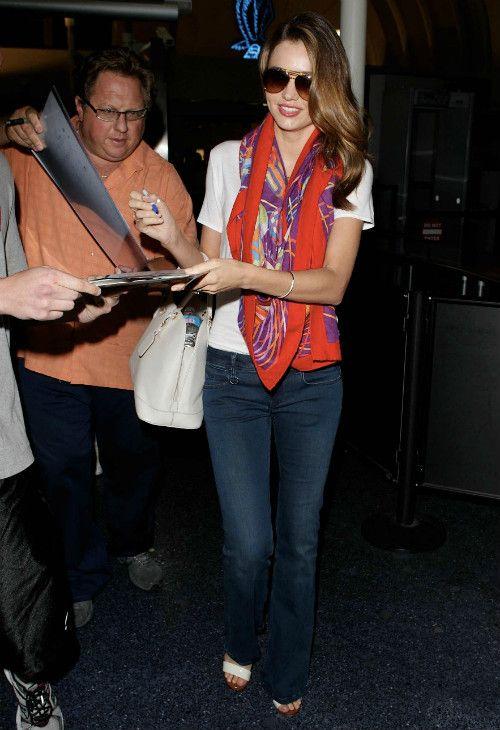 「 7/31 ミランダ・カー 白のTシャツ×ブーツカットジーンズ×エルメスのスカーフで空港に到着★ 」の画像|海外セレブ最新画像・私服ファッション・着用ブランドチェック DailyCelebrityDiary*|Ameba (アメーバ)