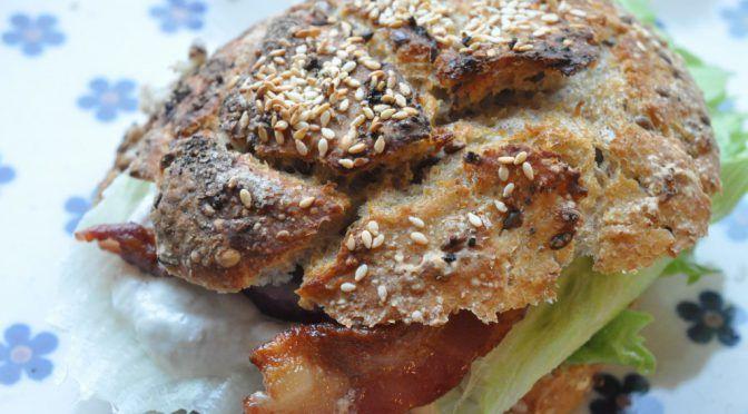 Sandwich med hønsesalat, rødløg og bacon af koldthævet dej   NOGET I OVNEN HOS BAGENØRDEN