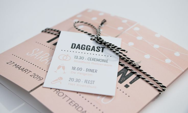 Hippe tweeluik trouwkaart met typografie en lampjes. De kaart gaat vanuit het midden open. Tip: bestel er ook een leuk DIY labeltje bij! | Trouwkaart | Trouwkaarten | Trouwkaartje | Trouwkaartjes | Kaart | Uitnodiging | Label | DIY |