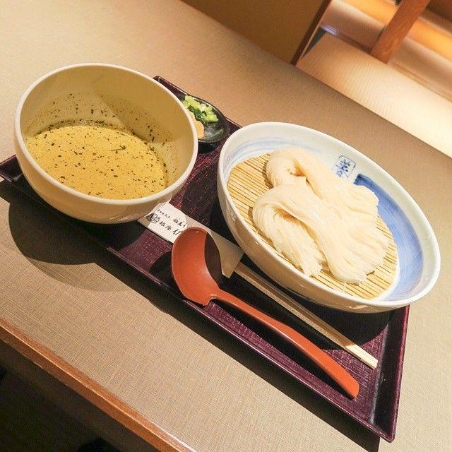 銀座 佐藤養助のグリーンカレーつけうどん(大盛)。 秋田にある老舗稲庭うどん店の銀座直営店でランチです。料理がくると、ココナッツミルクの香りが強く感じられました。 つけ汁のグリーンカレーは、ナンプラーではなくしょっつるを使い、比内地鶏の身がゴロゴロと入っています。ちょっと塩味が強い感じがしましたが、かなり本格的なグリーンカレーで、細めの稲庭うどんとの相性はなかなか。うどんはのどごしもよく、秋田とタイのコラボを楽しみました。 #カレー #カリー #curry #グリーンカレー #つけうどん #稲庭うどん #東京 #銀座 #ランチ