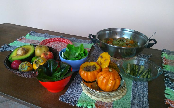 Alface americana,  Alface escura, quiabo assado, mini abóbora recheada com carne moída, legumes refogados, frutas da época (ameixa, abacate, maçã,  pera caqui)