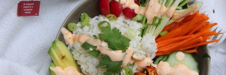 Buddha bowl met gemarineerde tofu en sriracha aïoli