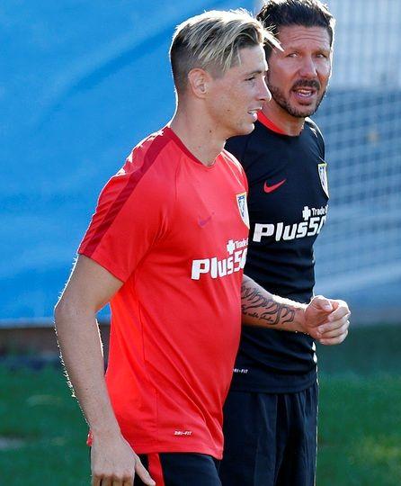 """""""FOTOGALERÍAS. Simeone y Fernando Torres cambian impresiones en el entrenamiento"""" (Foto: Ángel Gutiérrez / Atlético de Madrid. Published: 29 July 2015"""