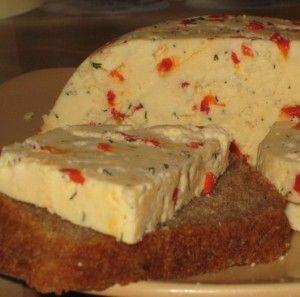 Домашний твердый сыр с перчиком и укропом.