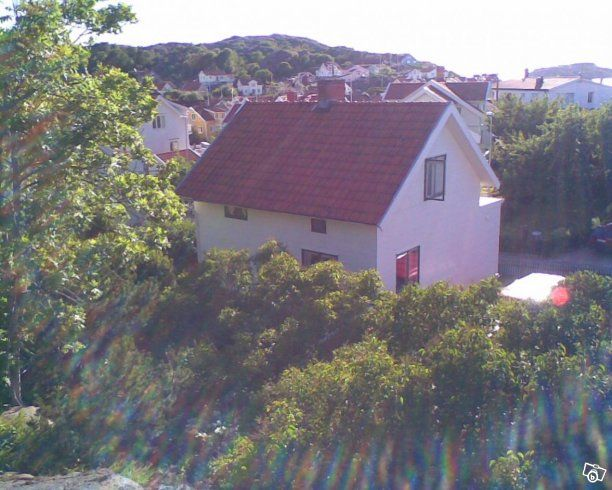 Hej!  Vårt hus, ett stenhuggarhus från 30-talet, ligger centralt i Bovall, några minuters promenad från torget och havet, ytterligare fem minuter till barnvänliga Badholmarna. Det har tre våningar med sex sovplatser, två kök, vardagsrum med hörnsoffa...