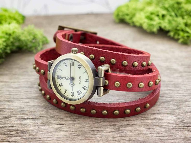 Bordó bőrszíjas díszített vintage óra