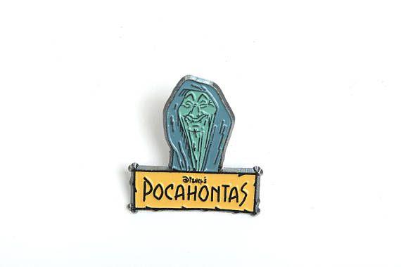 Este es un pin de los 90 de la abuela sauce, un personaje de la película Pocahontas. El pin es oficial de Disney y lleva el sello detrás Los pins vintage son difíciles de encontrar, no te lo dejes perder! Compra 4 pins y paga 3 Esta es una oferta para pins y consiste en comprar 4 pins por