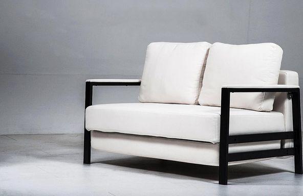 Vit bäddsoffa Oxen. Compact living, soffa, möbler, inredning, stålram, svart. http://sweef.se/soffor/104-oxen-baddsoffa-3-sits.html