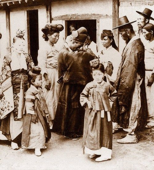 A picture is worth a thousand words. That's certainly the case with the following collection of stunning photographs taken in Korea between 1890 and 1903 by visiting foreigners. The diverse, everyday scenes they depict shed light on the lifestyles of people at the time. Interestingly, this pictorial set was circula ...