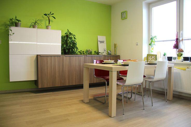 Interiér je zařízen velmi útulně. Především zvolené tóny barev a doplňky dávají dohromady krásný celek. Jídelní stěna barevně koresponduje s kuchyňskou linkou.