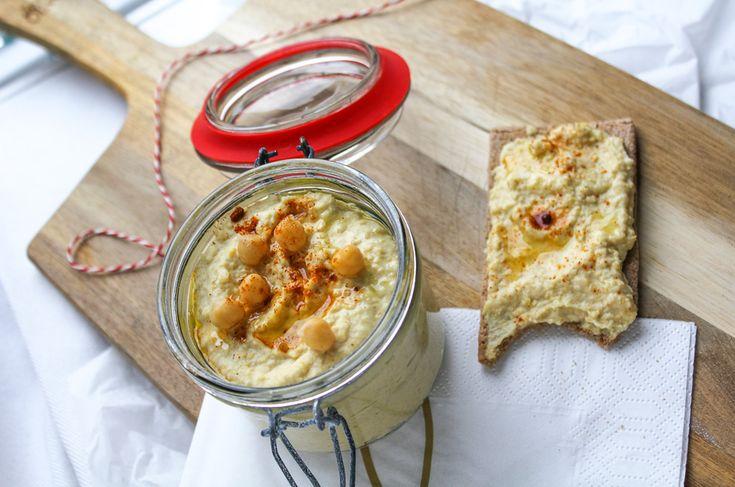 Een heerlijk romige kikkererwtenpuree die je super easy & snel zelf maakt. Zelfgemaakte hummus is heerlijk op je brood tijdens de lunch, bij de borrel of bij de avondmaaltijd.