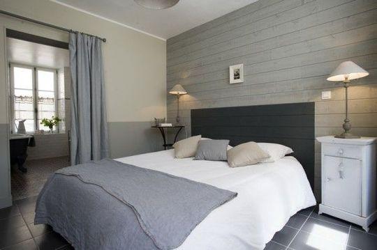 Pour relooker sa chambre, on peut peindre à même le mur une tête de lit. Une idée toute simple mais efficace !