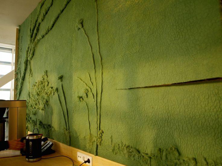 Voor het nieuw gebouwde bedieningscentrum Steekterpoort in Alphen aan de Rijn heeft VanVilt een prachtige groene vilten kunstwerk ontworpen en gevilt.De opdracht was om het groen van buiten naar binnen te halen. VanVilt heeft zich toen verdiept in het groen dat rondom het gebouw aangelegd zou worden. Zo heeft VanVilt bijvoorbeeld de kattenstaart omgezet in…