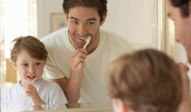 Oito maneiras simples de estimular as crianças a escovar os dentes