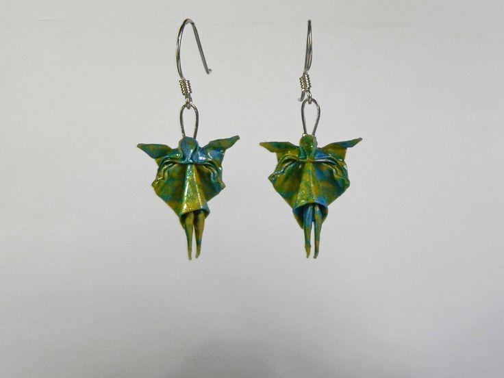 <p>Aretes de hadas plegados en papel y resinados para hacerlos impermeables y resistentes. El metal es plata antialérgica.</p><p>El empaque es una caja de origami.</p><p><br></p><p><br></p>