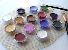 DIY Maquillage de fête : 1 cc cold cream + 1/2 cc maïzena + 1/2 cc eau + colorants alimentaires ou poudres de fruits ou épices...