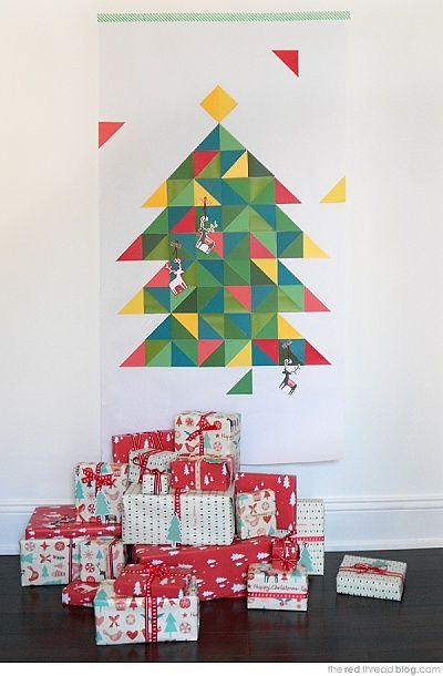 Если ты живешь в небольшой квартире и к тому же не делишь ее с маленькими братьями-сестрами, племянниками, то в этот Новый год ты вполне можешь обойтись без традиционной елки, а смастерить ее самой. Из цветной бумаги - по нашей инструкции.