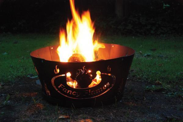 Tűzrakó tál fémlemezből, az oldalán láng mintával. Hordozható, könnyen összeszerelhető.
