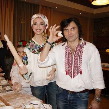 Украинский гламур на донецкой крови.   Пока на Донбассе под обстрелами гибнут взрослые и дети, украинские и проукраинские «звёзды» не нашли ничего лучшего как организовать по случаю Дня независимости   «патриотические фотосессии» в украинских вышиванках. Глам�