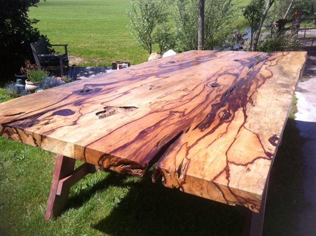 prachtige robuuste tafel van Tamarin  hout. echt bijzonder, dat zul je niet vaak tegen komen
