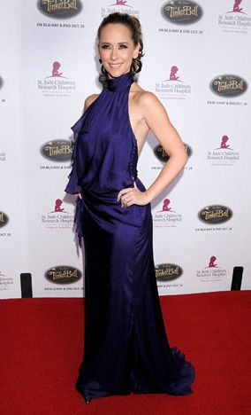 Jennifer Love Hewitt's gown. Love the color!