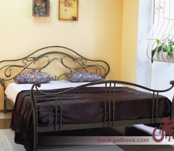 Кованая кровать с металлическими ламелями есть в наличии. Также есть матрас 1600х2000 с независимыми пружинами.