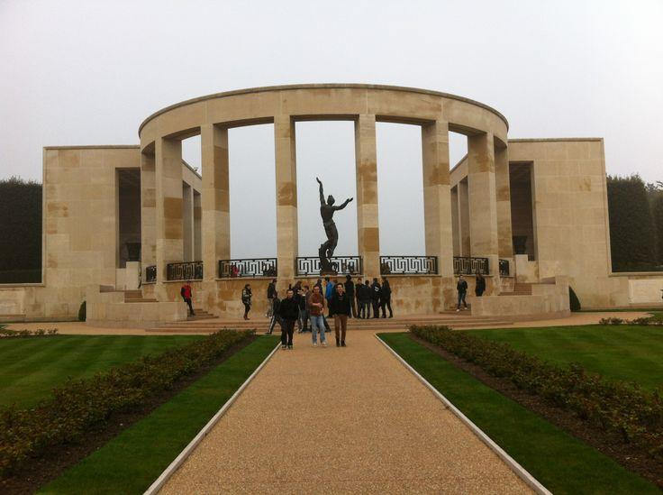 Statut placee au centre du cimetière americains A.M