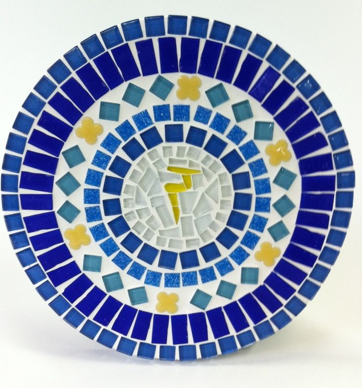 """A palavra """"Chakra"""" vem do Sânscrito e significa """"roda de luz"""". Os Chakras são centros de energia, que representam os diferentes aspectos da natureza sutil do ser humano. São eles: corpo físico, emocional, mental e energético. Os sete principais Chakras ficam localizados ao longo da coluna vertebral do corpo humano e, segundo a Tradição Hindu, seguem as cores do arco-íris. <br> <br>Essa mandala em mosaico tem o símbolo do chakra do Plexo Solar ao centro que é onde """"mora"""" o ego de cada um…"""