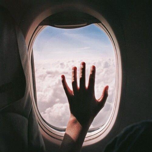 """"""" I viaggi sono le levatrici del pensiero. Pochi luoghi risultano più favorevoli di un aereo, una nave o un treno in movimento al conversare interiore.[...] ALAIN DE BOTTON www.pureknit.it/en"""