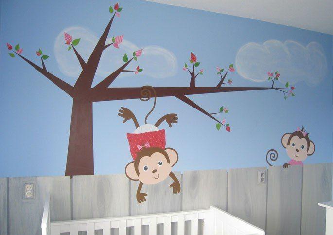 Babykamer met geboortekaartje op de muur geschilderd  Moderne babykamer - gestileerde boom muurschildering