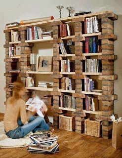 libreria di mattoni, malta e menole in legno, rustica ed economica
