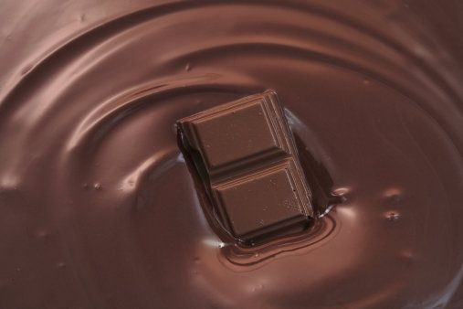 Tři způsoby, jak připravit domácí čokoládovou polevu. Má být vláčná, nebo trochu křupat? | life.ihned.cz