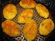 Капустные котлетки: 1 кг капусты  1 луковица  0,5 ст. манной крупы  0,5 ст. муки  2 зуб. чеснока  зелень(у меня укроп)  растительное масло для жарки  панировочные сухари  соль по вкусу  специи по вкусу