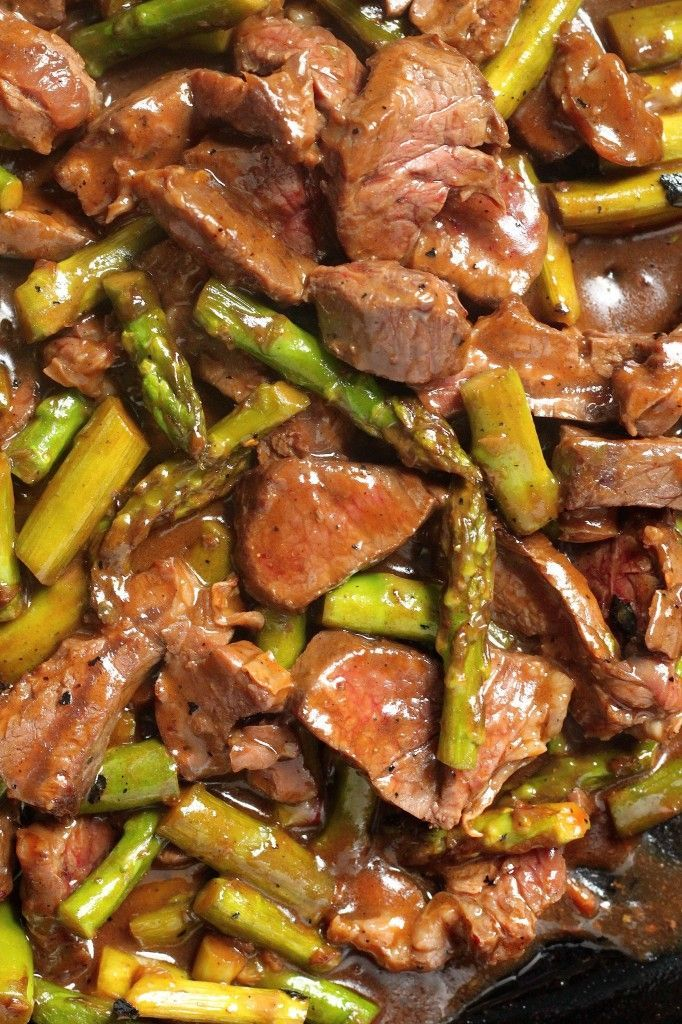 Steak and Asparagus Teriyaki - tender pieces of steak and asparagus get quickly cooked in a flavorful, homemade teriyaki sauce! #dinner