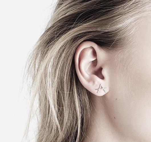 Minimalistischer Ohrring aus Gold. Hier entdecken und shoppen: http://sturbock.me/ZJ1