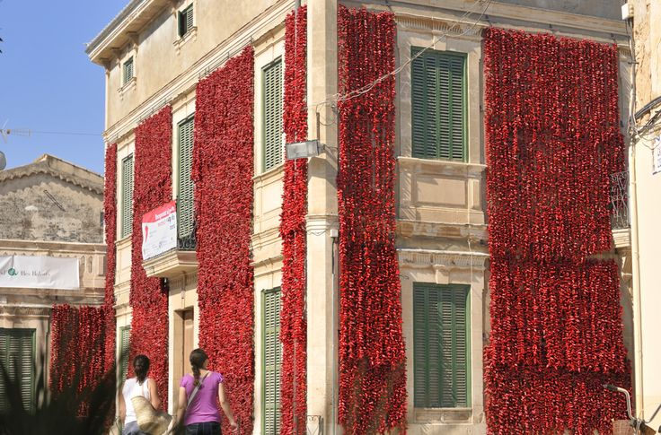 Traditionell wurden die reifen Paprika aufgefädelt an Häuserwänden getrocknet © Oliver Brenneisen