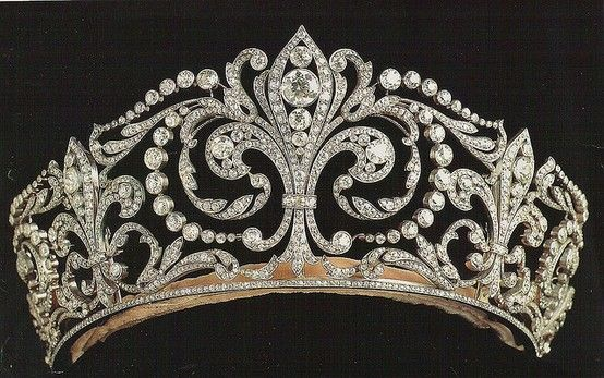 It was a present given by King Alfonso XIII to Queen Victoria Eugenia, who worn it at their wedding.