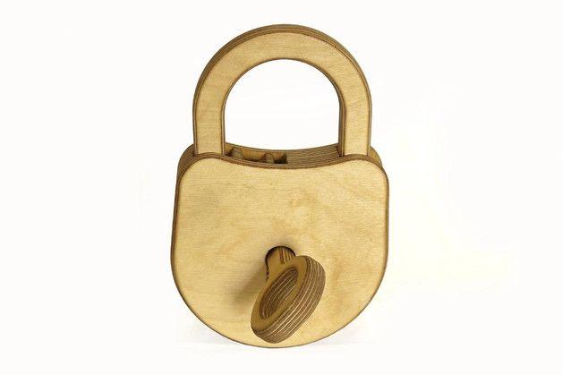 """Ein großes und recht schweres Schloss für die Piratenschatzkiste, dass """"nur"""" mit dem gelieferten Schlüssel zu öffnen ist :) Nein, es gibt einen kleinen Trick, aber der wird den Halbstarken nicht..."""