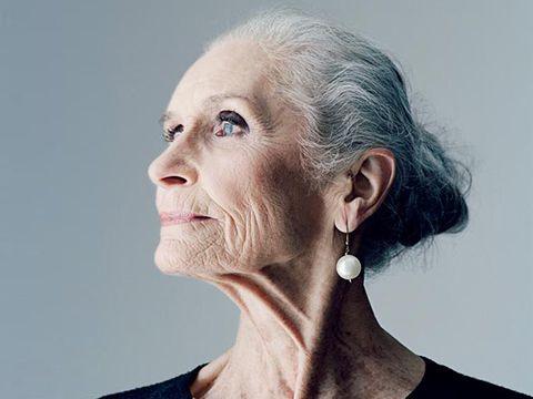 Daphne Selfe  Tiene 86 años y fue portada de S Moda hace apenas unos meses. La edad aquí da igual si su rostro y su manera de posar nos demuestran tanta vitalidad. Parece que Selfe no nos esté vendiendo sólo un vestido, sino absolutas ganas de vivir. Queremos ser como ella, llegar a su edad sanos y felices, y con un cerebro tan lúcido como el que demuestra tener en las entrevistas.