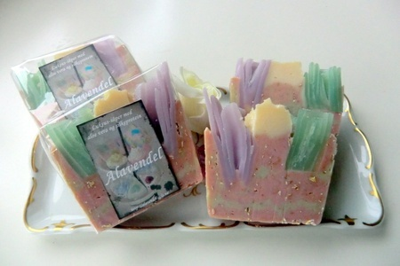 Exfoliating oatmeal-soap, cold process, handmade and natural soap. http://alavendel.epla.no