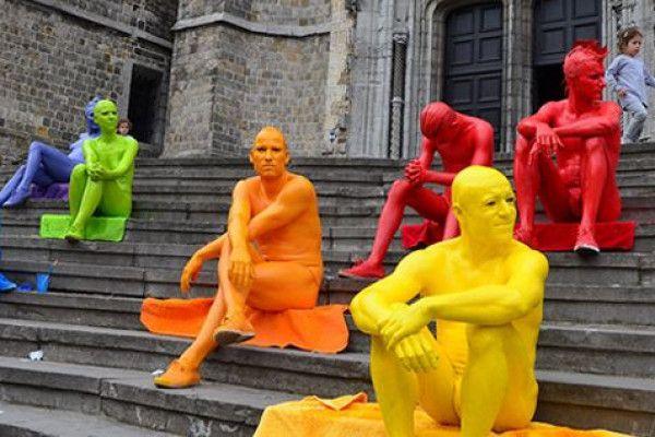 Tous les jours entre 19h15 et 20h45 ** Les heures sont sujettes à changement **Un spectacle arc-en-ciel mettant en vedette de drôles de personnages colorés de la tête aux pieds. Entre mimes et statues, ils prennent la rue d'assaut pour composer leurs tableaux ludiques et sympathiques.Bleus, turquoise, rouge vif, vert pomme, jaune citron ou encore rose fuchsia, Les gens de couleur investissent la rue en toute liberté et se mêlent à la vie urbaine. Ils passent en courant, se lient d'amitié…