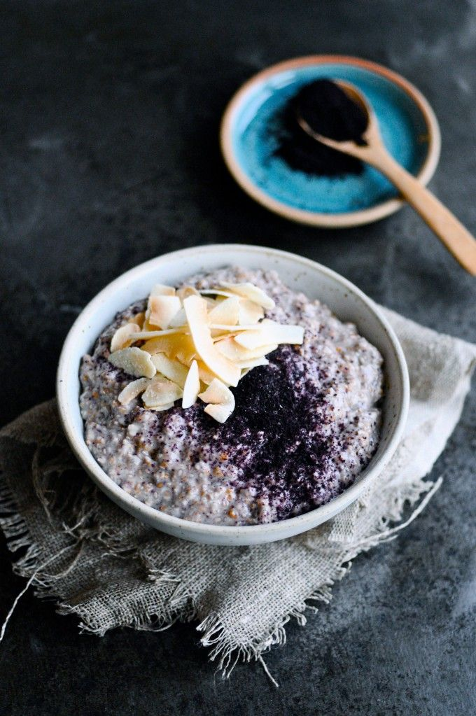 Easy and healthy overnight chia porridge with rye flakes and acai powder. Make it in evening in 5 minutes and eat it the next day without any prepping. #vegan