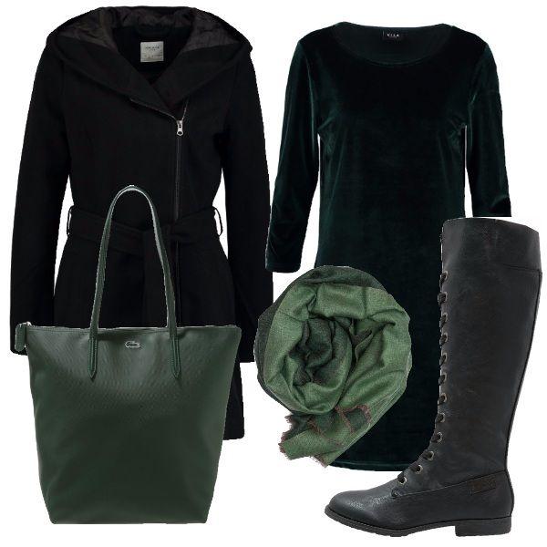 Il vestitino in velluto verde bottiglia è abbinato ad un cappotto con cappuccio e cerniera laterale e stivali con lacci neri. La shopper e la sciarpa verdi rendono questo look adatto per la citta nei giorni di freddo