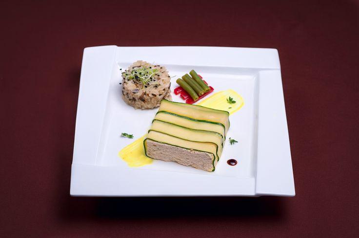 FEL INTERMEDIAR Tartă din file de păstrăv și șalău la cuptor învelit în zucchini Sos de lămâie Fasole verde sote și ardei gras Orez sălbatic