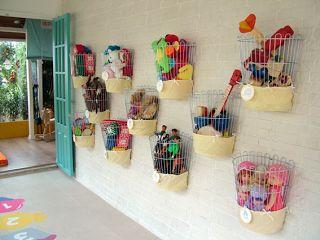 Cesta para organizar brinquedos. Decora, seleciona por categorias e fica de fácil acesso para as crianças poderem pegar e guardar os brinquedos.