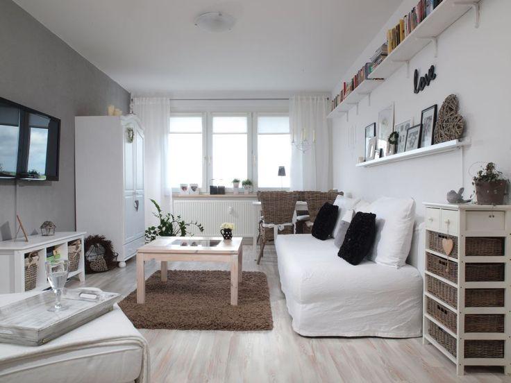 Aranżacja salonu w stylu skandynawskim jest jasna i spokojna. Bazę w salonie stanowią biele i szarości, przełamane naturalną barwą drewna. Większość mebli w aranżacji salonu została odnowiona i przemalowana, ale dzięki temu wnętrze nabrało oryginalnego charakteru.