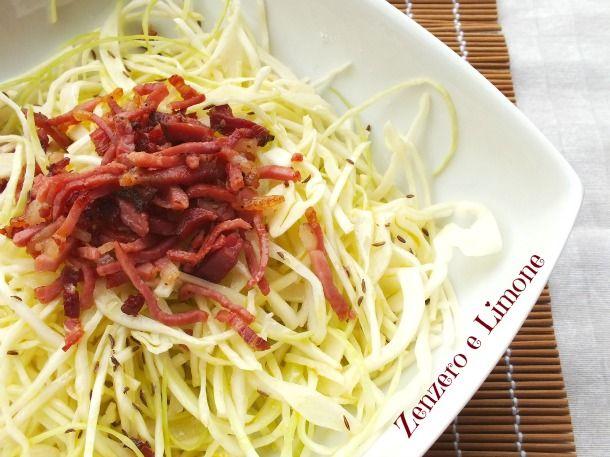 L'insalata di cavolo cappuccio e speck è un piatto pratico e veloce, ma molto sfizioso e saporito. Si tratta di una ricetta altoaltesina.