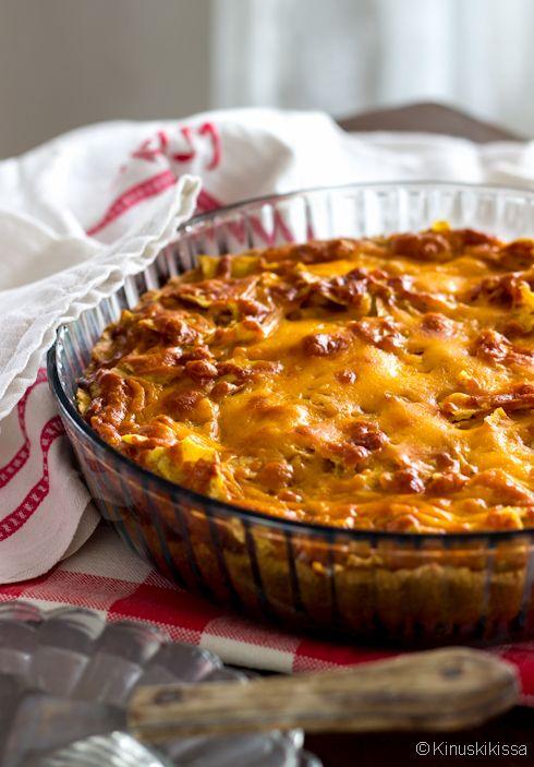 Juustoinen papu-jauhelihapiirakka Pohja: Myllyn Paras Pyöreä Piirakkataikina, suolainen tai Ruis-Kaura (380 g) Täyte: 1 punasipuli 250 g jauhelihaa 1 iso valkosipulinkynsi 1 ½ rkl cajunmaustetta 1 ½ rkl soijakastiketta 70 g tomaattipyrettä 125 g ruskeita papuja 2 ½ dl kolmen juuston ruokakermaa 2 munaa Pinnalle: 100 g tortilla chipsejä (chili) 100 g juustoraastetta (esim. cheddar […]
