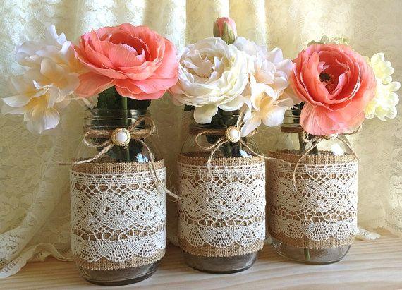 3 botes de crital con flores, tela de saco y encaje