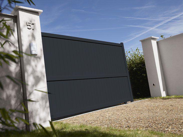 Un portail en aluminium coulissant contemporain qui offre une parfaite sécurité.